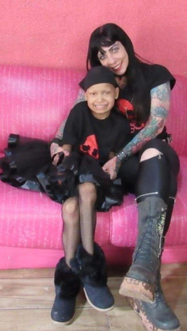 Natal do Metal vai beneficiar a Victória Camargo Neves, que luta contra um câncer. Iniciativa é organizada por  Marcia Grisa Paim, também na foto.