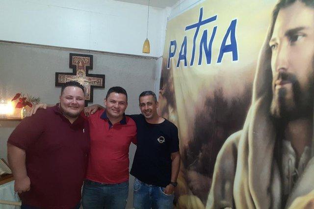 Homens que fizeram tratamento na Patna e hoje trabalham com a prevenção das drogas. Da esquerda para a direta: Cleiton Santin Roos, 26, Luís Henrique dos Santos, 36, e Fábio Medeiros Redede, 42 anos.