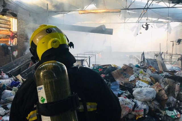 Corpo de Bombeiros de Caxias atende ocorrência em recicladora do bairo Santa Fé