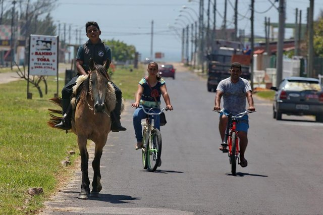 ALNEÁRIO PINHAL - RIO GRANDE DO SUL - BRASIL - Desejo de natal realizado. Josué Luiz aluno da escola EMEF LUIZ DE OLIVEIRA, de Balneário Pinhal,  pede em uma carta ao Papai Noel, um cavalo de presente. Professores se reunem e realizam o sonho do aluno. (FOTOS: LAURO ALVES/AGENCIARBS)