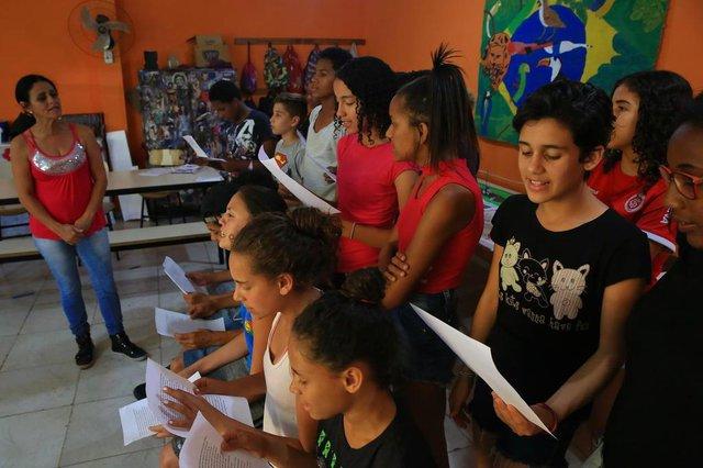 PORTO ALEGRE -RS - BR - 11.12.201925 anos da ONG Renascer Esperança.Aulas de música.  Janaina Fortes Nobre ( 13 anos/camiseta preta)FOTÓGRAFO: TADEU VILANI - Editoria/Caderno: Diário Gaúcho