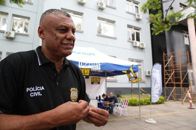 PORTO ALEGRE- RS- BRASIL- 16/12/2019- Greve da Polícia Civil. Policiais fazem piquete em frente ao Palácio da Polícia em Porto Alegre. Isaac Ortiz, presidente do sindicato dos escrivães.  FOTO FERNANDO GOMES/ ZERO HORA.