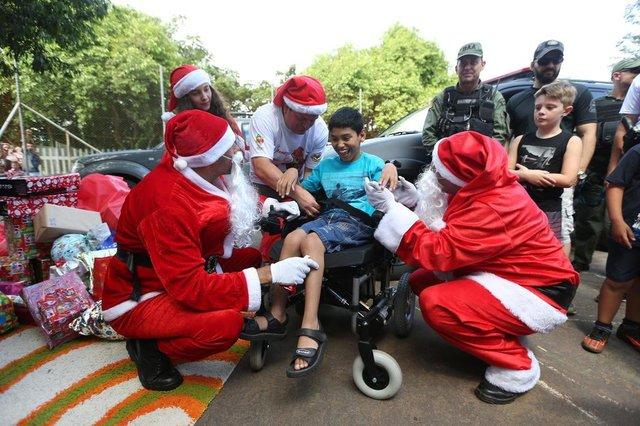 GRAVATAÍ, RS, BRASIL - 17.12.2019 - Chegada do Papai Noel de helicóptero na Escola Murialdo, em Gravataí. (Foto: Fernando Gomes/Agencia RBS)