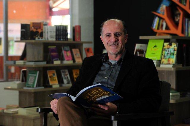 CAXIAS DO SUL, RS, BRASIL, 06/08/2019. Escritor Delcio Agliardi, está lançando o livro A Caixa Dourada. Delcio também é o patrono da Feira do Livro 2019, de Caxias do Sul. (Porthus Junior/Agência RBS)
