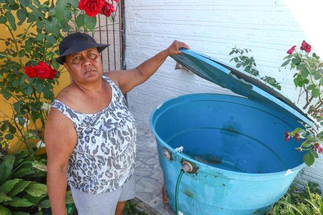 PORTO ALEGRE, RS, BRASIL, 30/12/2019: Falta de água na Lomba do Pinheiro. Na foto: Vera Domingues Rocha, moradora do Loteamento Santo Antônio, com caixa de água seca e roupas para lavarIndexador: ISADORA NEUMANN