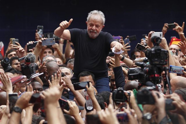 Brazilian former president (2003-2011) Luiz Inacio Lula da Silva gives his thumb up at supporters as he is taken on the shoulders through the crowd during a gathering outside the metalworkers union building in Sao Bernardo do Campo, in metropolitan Sao Paulo, Brazil, on November 9, 2019. Brazils leftist icon Luiz Inacio Lula da Silva walked free from jail Friday after a year and a half behind bars for corruption following a court ruling that could release thousands of convicts.