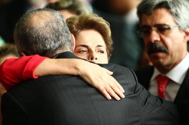 DF - PRONUNCIAMENTO/DILMA ROUSSEFF - POLÍTICA - A ex-presidente Dilma Rousseff faz um   pronunciamento no Palácio da Alvorada,   em Brasília, após ter seu mandato   cassado em votação no Senado Federal,   em Brasília, nesta quarta-feira, 31.   Ela está acompanhada por senadores e   ex-ministros.   31/08/2016 - Foto: WILTON JUNIOR/ESTADÃO CONTEÚDO