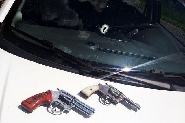 Um motorista de aplicativo foi assassinado durante uma emboscada em Farroupilha. Segundo a BM, o ataque contra o Hatch da vítima foi seguido de uma troca de tiros entre grupos rivais no bairro Industrial. Uma equipe policial estava próxima e interviu, sendo que a viatura foi atingida por um disparo no vidro.