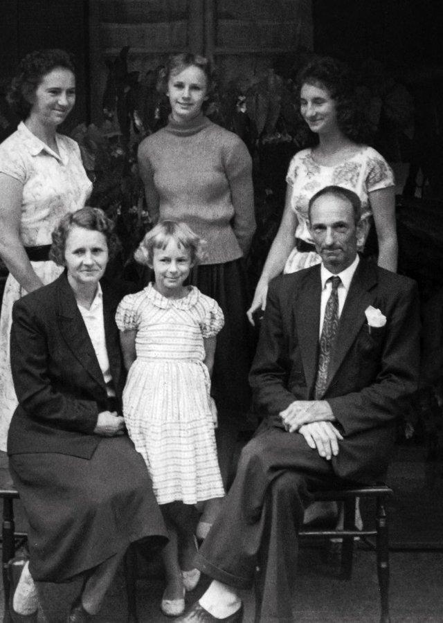 A família de Maria de Lourdes Ildegar Jung. Sentados, os pais João Edgar Jung e Olga Lucia Finkler. Atrás, Ildegar, Antonia Norma Jung Boschetti e Olga Rachel Jung Soares. A menina é Lúcia Maria Jung Rigotti (entre os pais). Década de 1950.