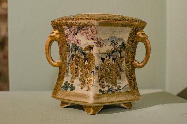 Peça do Lili Antiques, em Caxias do Sul. Na foto, Pot-pourri de cerâmica Satsuma, do século IXX, outra relíquia que pertence ao Período Meiji japonês.