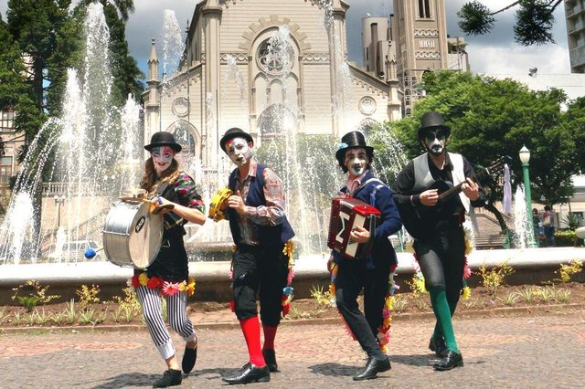 Espetáculo De uma ponta a outra, do grupo de teatro A Gangorra, será apresentado dia 24/03, em comemoração ao Dia Internacional do Teatro.