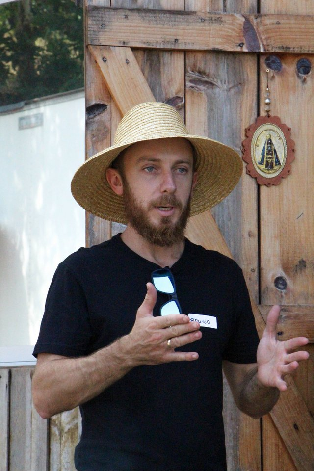 Bruno Faccin recepciona os participantes e orienta sobre a colheita das uvas