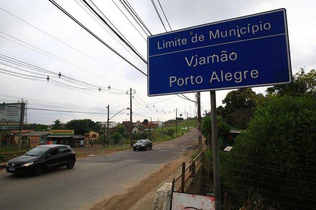 PORTO ALEGRE, RS, BRASIL, 31/01/2020- O cruzamento entre a divisa de Porto Alegre, Viamão e Alvorada é motivo de preocupação para moradores da região. Não há sinaleira no local, nem sinalização. Em horário de pico, o trânsito fica confuso e frequentemente acontecem colisões. (FOTOGRAFO: TADEU VILANI / AGENCIA RBS)<!-- NICAID(14404349) -->