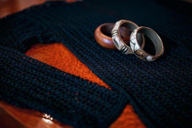 Beth Venzon, professora e consultora de moda, abre o guarda-roupa e mostra peças carregadas de afeto e significado.