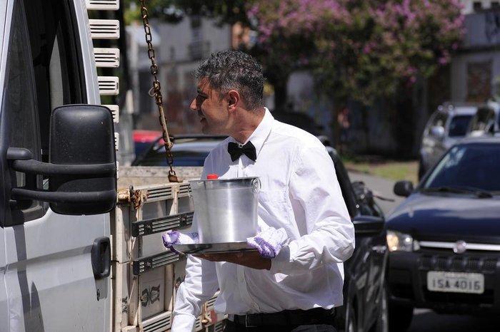João César Santos Mariano, radicado em Caxias há cerca de 10 anos, vende água gelada na Visconde de Pelotas