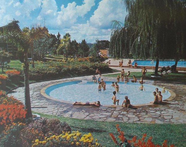 Calendário Antoniano de 1972, impresso pela Editora São Miguel. Fotos do Studio Geremia. Na foto, sede campestre do Recreio da Juventude.