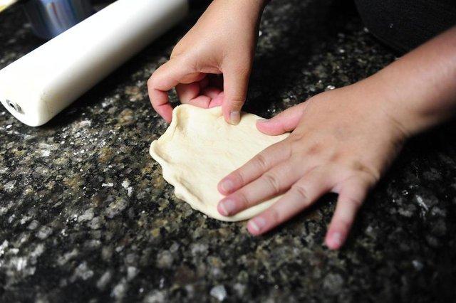 PORTO ALEGRE, RS, BRASIL, 06/02/2020- Karina da Silva Nunes faz passo a passo de massa coringa, para a produção de hambúrgueres e esfirras mexicanas.(FOTOGRAFO: RONALDO BERNARDI / AGENCIA RBS)<!-- NICAID(14410631) -->