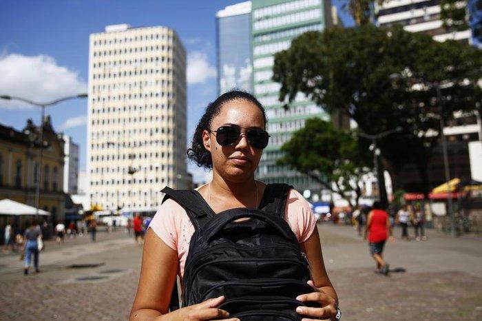 Karen Machado, 29 anos, toma cuidados como levar mochila em frente ao corpo