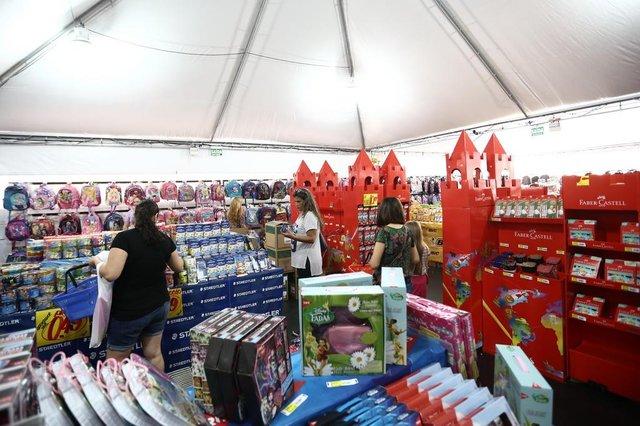 PORTO ALEGRE, RS, BRASIL, 25-01-2017. Abertura da feira de material escolar na Praça da Alfândega. (CARLOS MACEDO/AGÊNCIA RBS)<!-- NICAID(12695826) -->