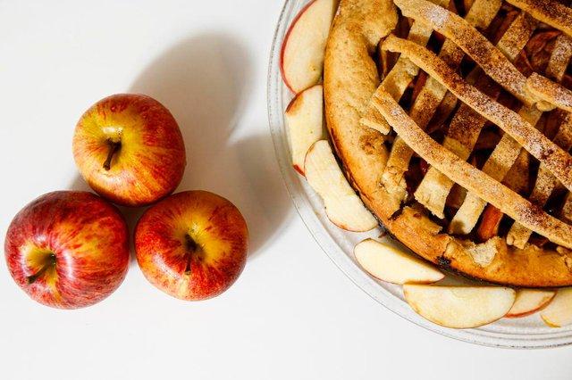 ESTEIO, RS, BRASIL, 14-02-2020: A leitora Luciane Soares de Souza prepara uma torta de maçã. (Foto: Mateus Bruxel / Agência RBS)Indexador: Mateus Bruxel<!-- NICAID(14419951) -->