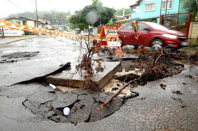 CAXIAS DO SUL, RS, BRASIL, 26/02/2020A forte chuva que caiu na terça de carnaval causou danos pela cidade toda.Rua Júlio Callegari, bairro esplanada(Lucas Amorelli/Agência RBS)<!-- NICAID(14431859) -->