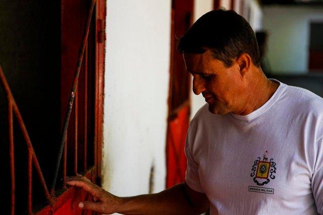 PORTO ALEGRE, RS, BRASIL, 27-02-2020: O sargento Negreiros na baia que era ocupada pela égua Justiceira no 4º Regimento de Polícia Montada - 4º RPMON. Eles trabalharam juntos por anos. Ontem, no policiamento de Inter X Tolima, no entorno do Estádio Beira-Rio, a égua morreu. (Foto: Mateus Bruxel / Agência RBS)Indexador: Mateus Bruxel<!-- NICAID(14433294) -->