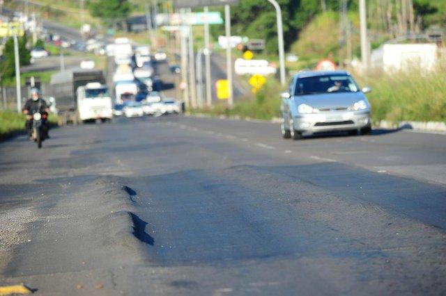 FARROUPILHA, RS, BRASIL, 27/02/2020. Trânsito - Buracos e estragos nas estradas - Blitz do Pioneiro para verificar o estado das rodovias que cercam Caxias do Sul. Desnível no asfalto próximo ao Km 61 da RS-122, em Farroupilha, em frente à Trombini. (Porthus Junior/Agência RBS)<!-- NICAID(14434223) -->