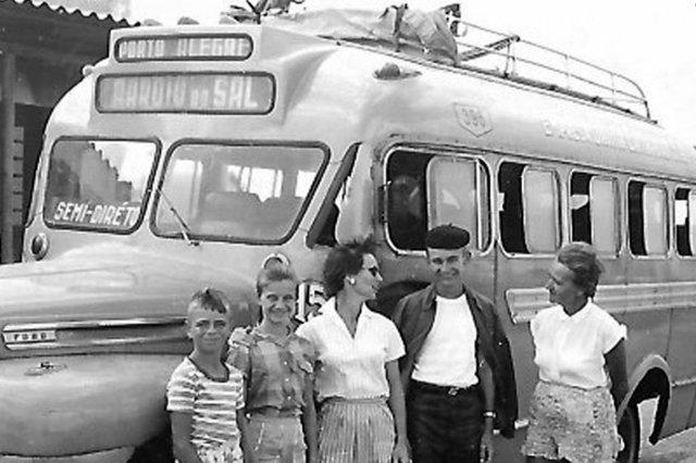Ônibus linha Arroio do Sal - Porto Alegre década 1950.<!-- NICAID(14436272) -->
