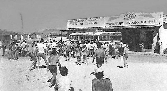Triunfante chegada do ônibus junto à rodoviária. Os veículos viajavam pela areia na beira do mar.<!-- NICAID(14436273) -->