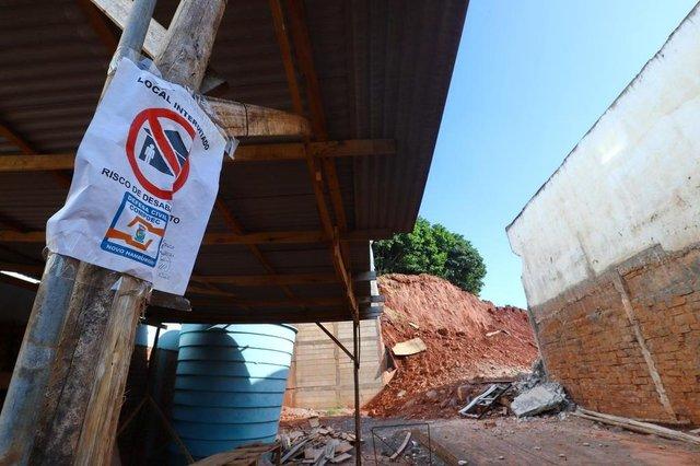 NOVO HAMBURGO, RS, BRASIL - 28.02.2020 - Um barranco, criado para a construção de um emprendimento, está cedendo. Casas ao redor estão sendo afetadas com grandes rachaduras e, o problema maior, é que tudo isso acontece em frente ao pátio de uma escola. Se desbarrancar mais, vai afetar a área da instituição. (Foto: Isadora Neumann/Agencia RBS)