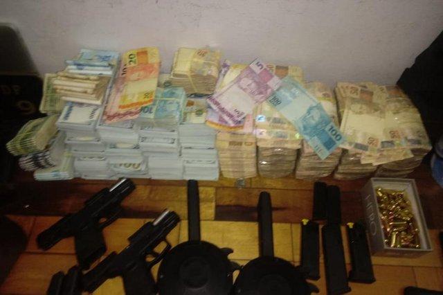 Dinheiro e armas apreendidos em apartamento de Novo Hamburgo, no Vale do Sinos<!-- NICAID(14443075) -->