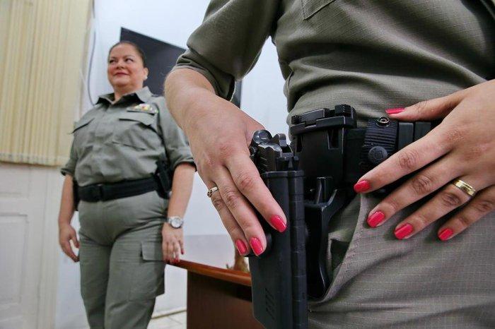 Permitido: policiais podem usar esmalte rosa em serviço