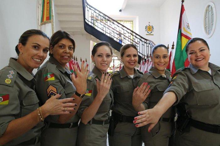 Policiais no QG da Brigada Militar mostram unhas pintadas e comemoram momento da corporação