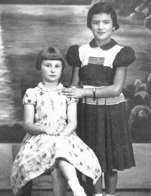 Claire Zinani (sentada) e Clari Lorenzoni em 1955.<!-- NICAID(14471385) -->