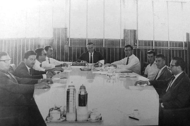 Delfino Ronchetti (à direita), Francisco Stedile (ao centro) e os diretores durante a primeira convenção de vendas, em 1965. <!-- NICAID(14472072) -->