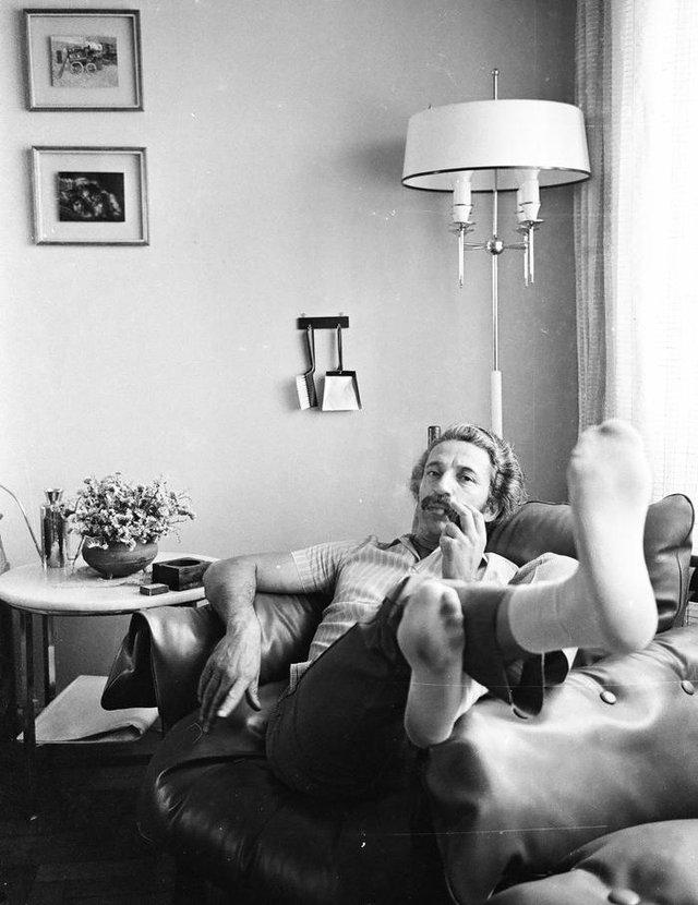 Anos 1970: o fotógrafo Mauro De Blanco e o indefectível cachimbo durante um momento relax em sua clássica Poltrona Mole, ícone do moderno mobiliário brasileiro, assinado por Sergio Rodrigues <!-- NICAID(14473726) -->