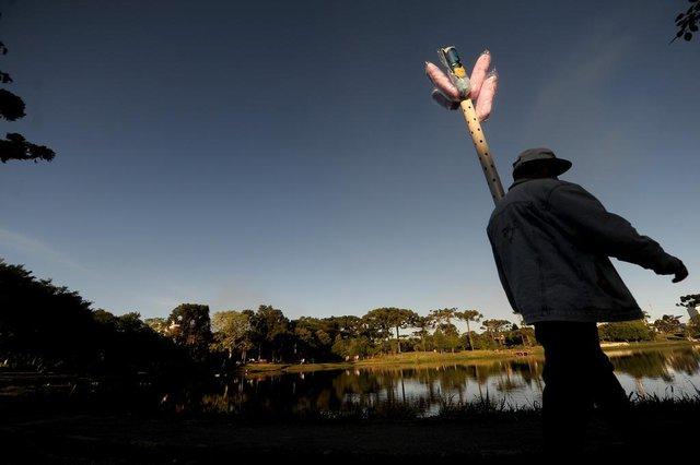 CAXIAS DO SUL, RS, BRASIL, 05/04/2020Mesmo com o a epidemia, muitos frequentaram a lagoa do Rizzo nesta tarde de domingo.(Lucas Amorelli/Agência RBS)<!-- NICAID(14469620) -->