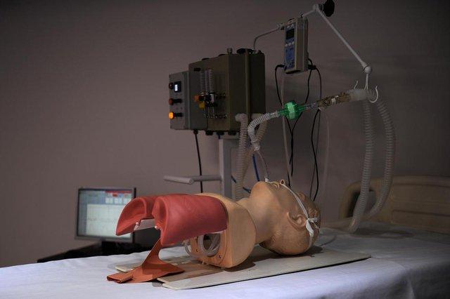 CAXIAS DO SUL, RS, BRASIL, 09/04/2020 - Apresentação do protótipo de ventilador pulmonar que vem sendo produzido por empresas e profissionais voluntários, sob orientação do Hospital Geral e coordenação do Parque de Ciência, Tecnologia e Inovação da Universidade de Caxias do Sul - TecnoUCS. (Marcelo Casagrande/Agência RBS)<!-- NICAID(14473679) -->