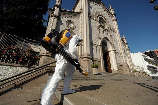 CAXIAS DO SUL, RS, BRASIL, 01/04/2020Desinfecção no centro, começou pela praça Dante e seguiu pela Sinimbu, limpando todas as paradas até a EPI.(Lucas Amorelli/Agência RBS)<!-- NICAID(14466296) -->