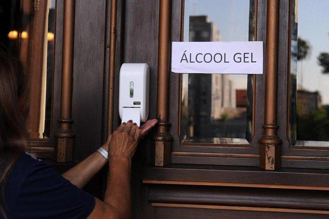 CAXIAS DO SUL, RS, BRASIL, 17/03/2020 - Diocese de Caxias toma algumas providências para prevenir o coronavírus. NA FOTO: álcool gel na entrada da Catedral, e um funcionário realizando a higienização dos bancos. (Marcelo Casagrande/Agência RBS)<!-- NICAID(14454088) -->
