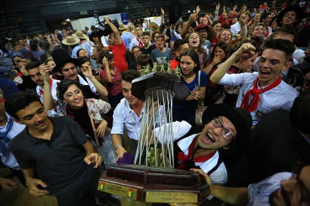 SANTA CRUZ DO SUL, RS, BRASIL, 19/11/2018 - CTG de Cachoeirinha é campeão do Enart 2018. Grupo Rancho da Saudade venceu a principal modalidade da disputa, Dança Tradicional Força A. (FOTOGRAFO: TADEU VILANI / AGENCIA RBS)