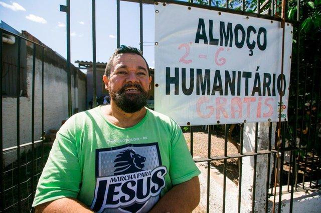 SÃO LEOPOLDO, RS, BRASIL - 15.04.2020 - Desde julho do ano passado, José Carlos oferece, em sua própria residência, um almoço coletivo para as pessoas de sua comunidade que necessitam. (Foto: Omar Freitas/Agencia RBS)Indexador: Omar Freitas<!-- NICAID(14477714) -->