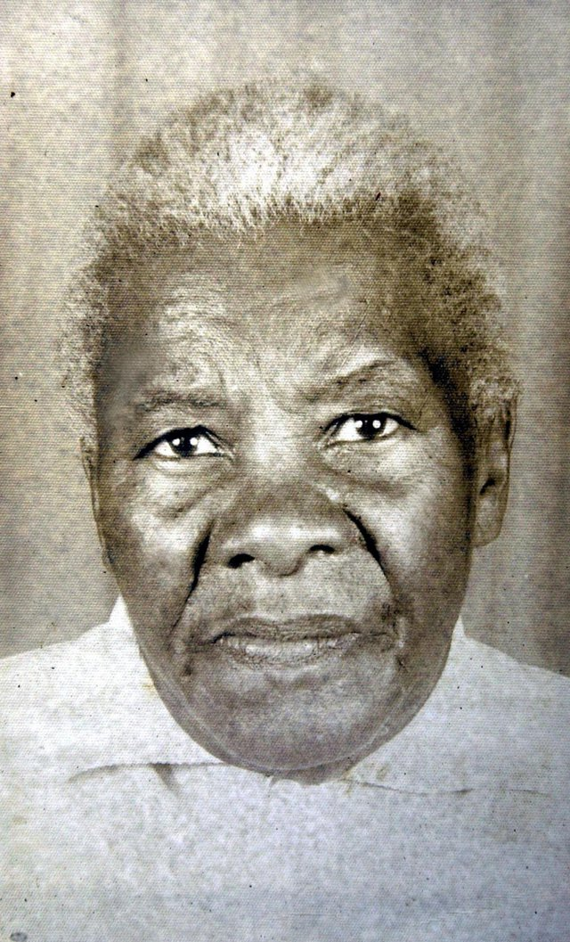 Vó Chica, batizada Maria Francisca Gomes Garcia, teria morrido em 1983, aos 107 anos, dividindo suas memórias de ex-escrava, sua habilidade de parteira e seu amor pela natureza com a comunidade da Vila Safira desde os anos 40.Em reconhecimento a sua atuação na Vila Safira, foi inaugurada uma Praça com o seu nome.#PÁGINA:36#NÃO VEIO#EDIÇÃO: 2ª Fonte: Arquivo Pessoal
