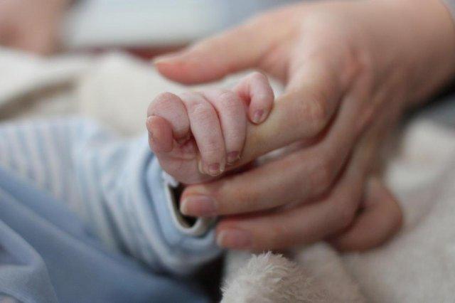 mãe , filho , filha , filhos , maternidade , bebê , criança , recém-nascido , ternura , carinho , mão, amor<!-- NICAID(9090643) -->