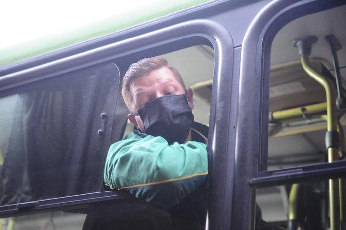 Cobrador alerta que só entra quem estiver usando o equipamento de proteção