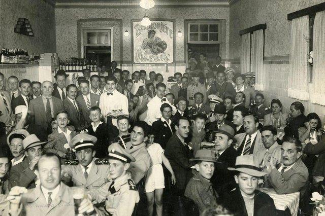 Bomboniére Maratá, de propriedade do casal Ordália da Silva e Abílio da Silva, em 1943. Na imagem aparecem o professor Plentz (à esquerda, à frente, com o copo na mão), Milton Rossarola (atrás dele, de chapéu e bigode), Athos Horn (à esquerda, levando o copo à boca), Sérgio Ramos, Herbert Brugger, João Dib Neto, Viezzer (ecônomo do Clube Juvenil), Júlio Beretta (de cigarro na boca, mais à direita, ao fundo sentado), Nedi Menegotto (de quepe militar, mais ao funo, sentado, à direita), Fred Fleck (bem ao centro, sentado, com o cravo na lapela) e o sr. Pezzi. Local estava situado no térreo da família do alfaiate Rodolpho Braghirolli.<!-- NICAID(11611398) -->