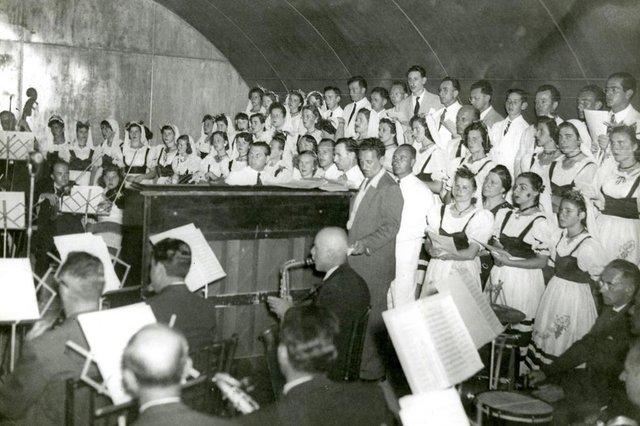 Festa da Uva 1950: apresentação de orquestra e coral durante a homenagem ao presidente Eurico Gaspar Dutra.<!-- NICAID(14486620) -->