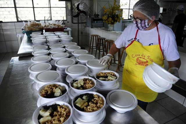 PORTO ALEGRE,RS,BRASIL.2020,05,02.Distribuição de alimentos para pessoas carentes da Restinga Vamos acompanhar a entrega na Casa da Sopa.Na foto.Marlene revizando as quentinhas.(RONALDO BERNARDI/AGENCIA RBS).