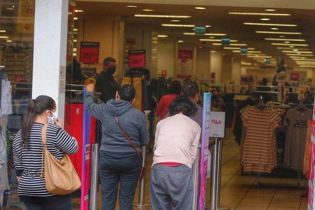 contrariando decreto da prefeitura, lojas de grandes redes atendem a clientes na avenida da azenha