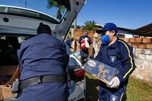 CACHOEIRINHA, RS, BRASIL - 07.05.2020 - Menino Mateus, que juntou doações para coleguinha, ajuda a entregar alimentos. (Foto: Félix Zucco/Agencia RBS)